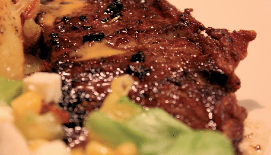 Grillet entrécote m/ rodfrugter i fad
