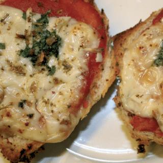 Bruschetta med ost og tomat