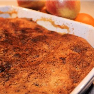 Bagt æblekage med hasselnødder og vanillecreme