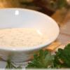 Krydderdressing med sprødstegte bacontern og persille