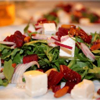 Rucolasalat med feta, rødbeder og pinjekerner
